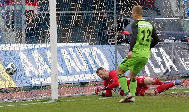 Brankář Mladé Boleslavi Jan Šeda inkasuje první branku v zápase proti Baníku Ostrava. Vše sleduje Michal Hubínek z Boleslavi.