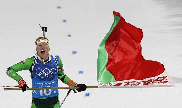 Darja Domračevová z Běloruska si jede pro první místo ve štafetě.
