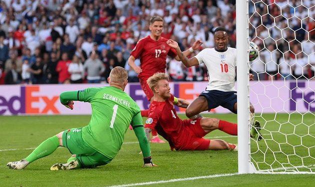 Dánský stoper Simon Kjaer (č. 4) si dává vlastní gól v semifinále EURO proti Anglii.