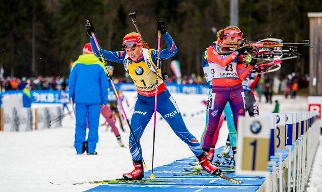 Gabriela Soukalová odjíždí ze střelnice v závodu s hromadným startem.