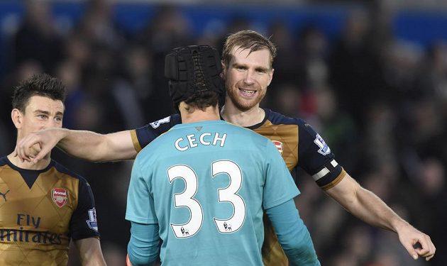 Per Mertesacker a Petr Čech oslavují výhru nad Swansea.