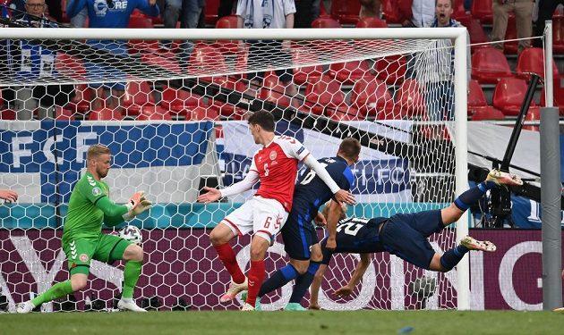Fin Joel Pohjanpalo v pádu skóruje proti Dánsku.
