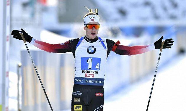 Norský biatlonista Johannes Thingnes Boe oslavuje vítězství ve štafetovém závodě na 4 x 7.5 km v rakouském Hochfilzenu