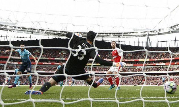 Fotbalista Swansea Borja Bastón překonává brankáře Arsenalu Petra Čecha.
