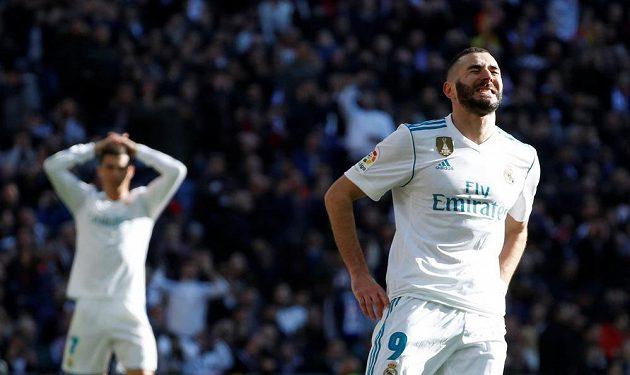 Výraz Karima Benzemy z Realu poté, co v prvním poločase trefil tyč. V pozadí se drží za hlavu Cristiano Ronaldo.