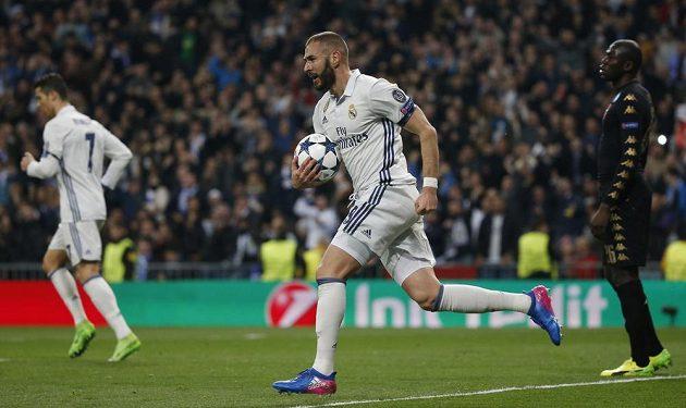 Karim Benzema z Realu Madrid si vzal do náručí míč poté, co skóroval do branky Neapole.