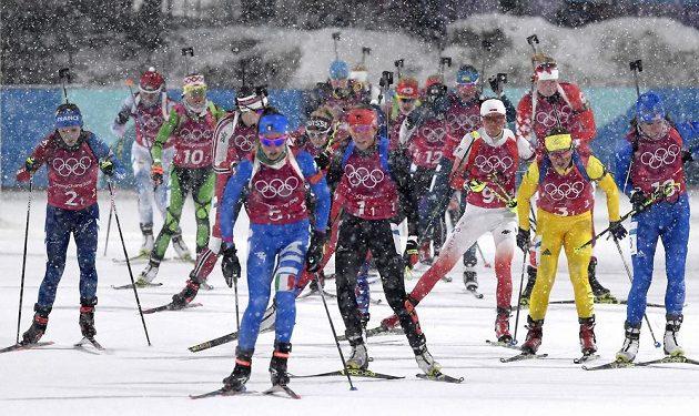 Olympijský závod štafet biatlonistek provází husté sněžení.