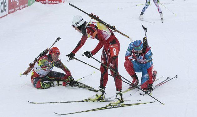 Vyčerpané Soukalové pomáhá za cílovou páskou bronzová Tora Bergerová.