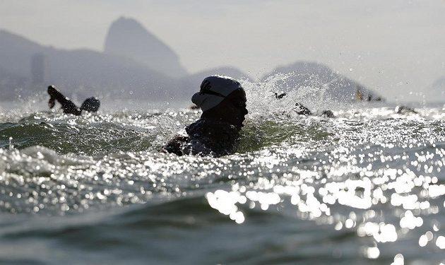 Voda nic moc. Scenérie v pozadí uchvacující. Nizozemka Sharon van Rouwendaalová při plaveckém maratónu.