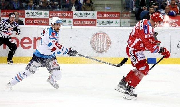 Chomutovský hráč Jan Rutta (vlevo) a Martin Adamský z Třince.