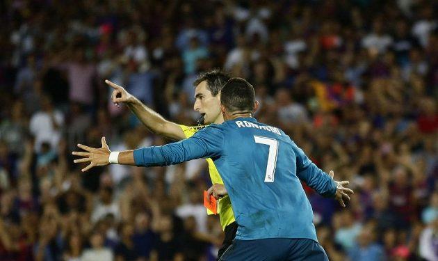 Rozhodčí Ricardo de Burgos vylučuje Cristiana Ronalda.