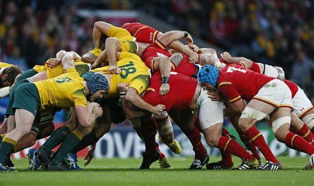 Australané (ve žlutém) se v duelu proti Walesu mohli spolehnout na precizní defenzivu.