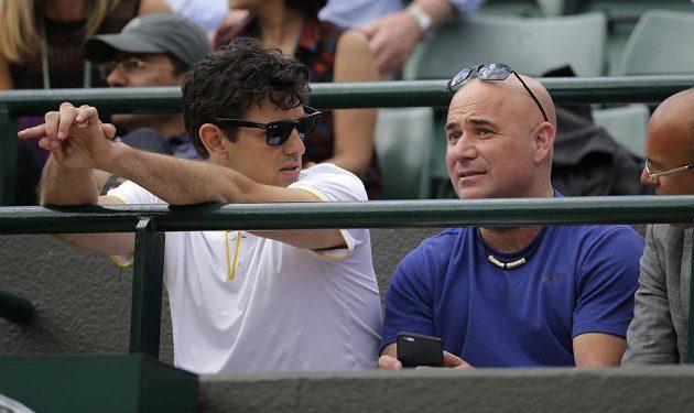 Mario Antič (vlevo) a Andre Agassi, trenéři Srba Novaka Djokoviče, při čtvrtfinále s Tomášem Berdychem.