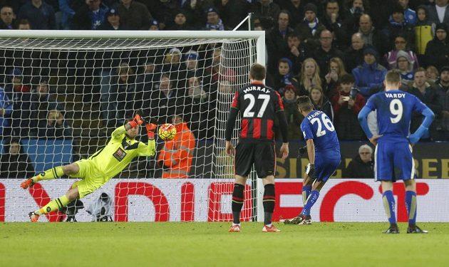 Brankář Bournemouthu Artur Boruc likviduje penaltu záložníka Leicesteru Rijáda Mahríze (č. 26) v zápase 20. kola Anglické Premier League.