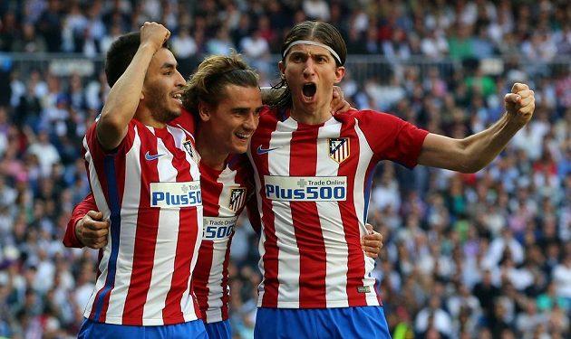 Antoine Griezmann (uprostřed) v zajetí spoluhráčů slaví svou trefu do sítě Realu Madrid v utkání španělské ligy. Zápas o krále Madridu skončil nerozhodně 1:1.