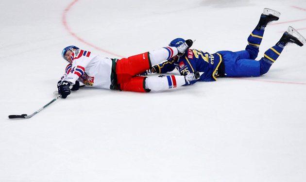 Viktor Stalberg v souboji s Jiřím Sekáčem v uktání Channel One Cupu v Moskvě se Švédy.