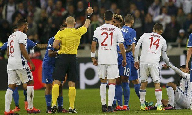 Záložník Juventusu Mario Lemina (č. 18) vidí od rozhodčího Szymona Marciniaka červenou kartu.