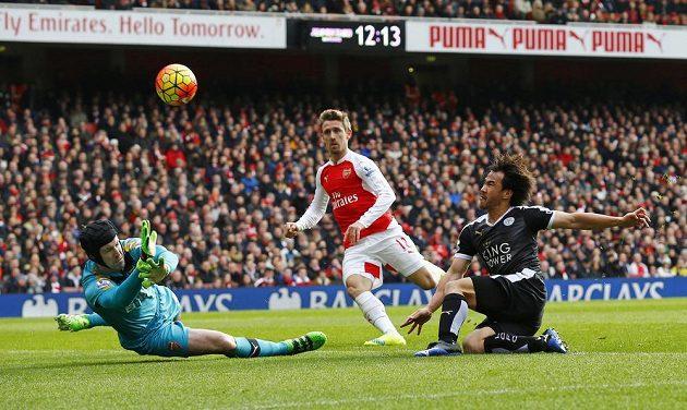 Japonský záložník Shinji Okazaki z Leicesteru v šanci, kterou nakonec zhatil ofsajd, v zápase 26. kola anglické Premier League proti Arsenalu.