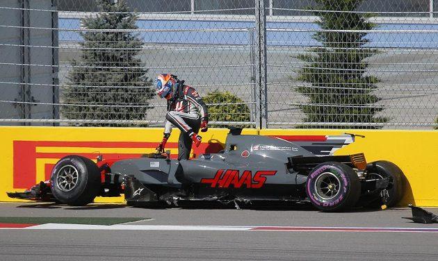 Francouzský pulot Romain Grosjean vystupuje z vozu po havárii na Velké ceně Ruska.