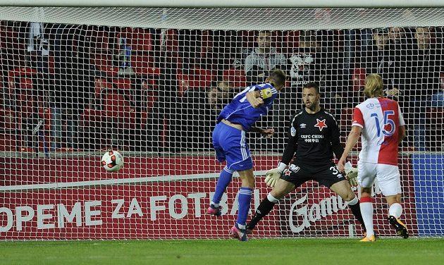 Brankář Slavie Přemysl Kováč (uprostřed) inkasuje první gól. Překonal jej v závěru první půle utkání 3. kola MOL Cupu třinecký Hošek.