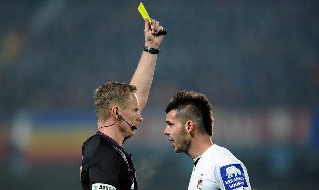 Rozhodčí Jech ukazuje druhou žlutou kartu Michalu Ďurišovi z Plzně během utkání se Spartou.