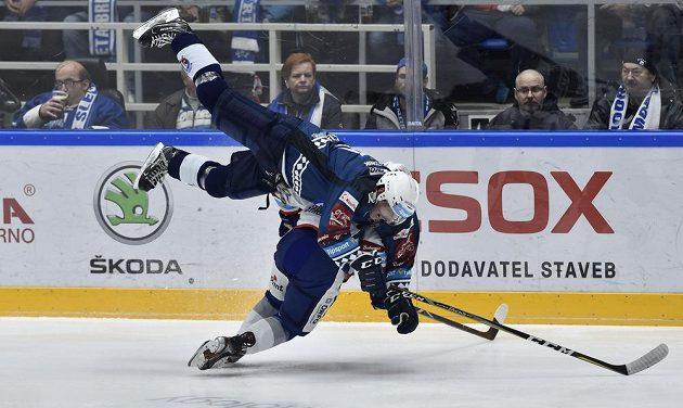 Zleva Jaroslav Kracík z Plzně a Vojtěch Střondala z Brna v drsném souboji během extraligového utkání.