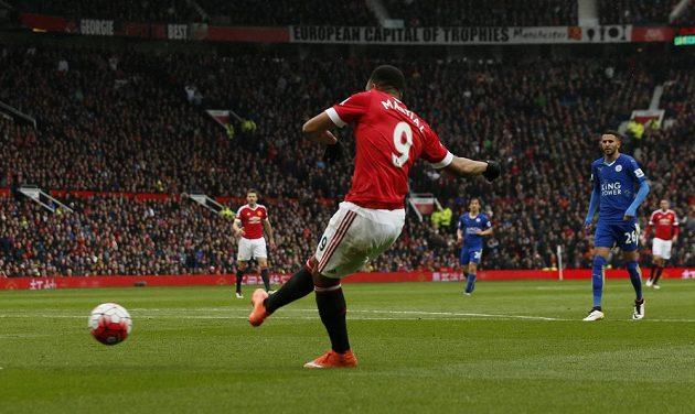 Útočník Manchesteru United Anthony Martial střílí gól do sítě Leicesteru.