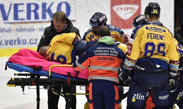 Zraněný Tomáš Žižka ze Zlína na nosítkách při utkání s Litvínovem.