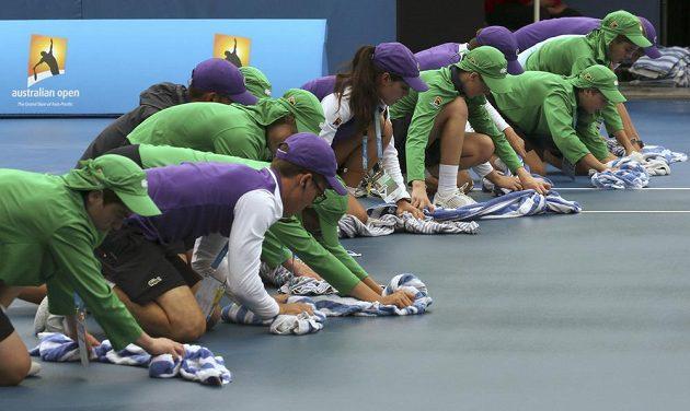 Tenisty a pořadatele na Australian Open potrápil v pátek déšt.