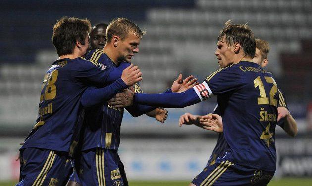 Hráči Olomouce se radují z vyrovnávacího gólu Adama Varadiho (třetí zleva) proti Mladé Boleslavi.