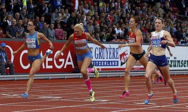 Britka Eilidh Childová (vpravo) vyhrála 400 m překážek na ME v Curychu, vedle ní nakonec čtvrtá Denisa Rosolová, třetí Irina Davydovová z Ruska a druhá Anna Titimecová z Ukrajiny.