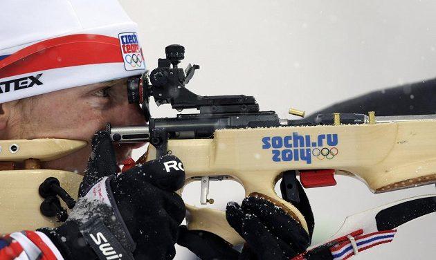 Ondřej Moravec střílí v závodě s masovým startem.