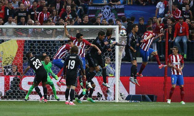 Saúl Níguez (druhý zprava) z Atlétika dává gól proti Realu.