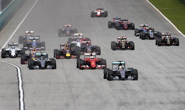 Hamilton po startu závodu GP Malajsie udržel první místo