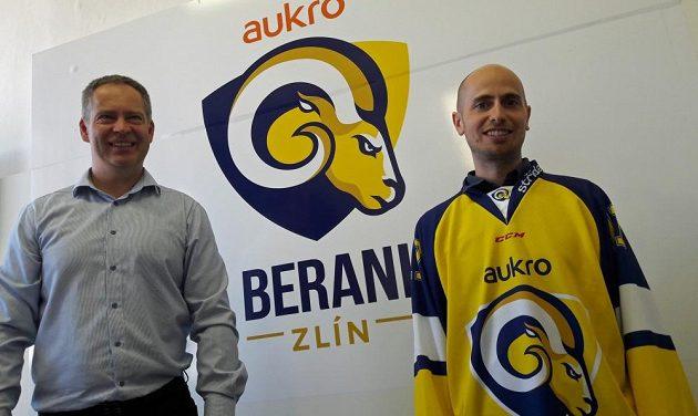 Generální manažer Martin Hosták představuje nové logo zlínských Beranů a nového generálního partnera týmu, firmu Aukro.cz zakladatele Václava Lišky (vpravo).