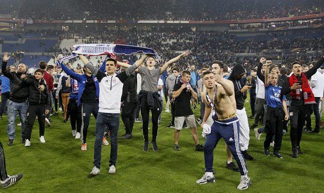 Fanoušci Lyonu na hřišti.