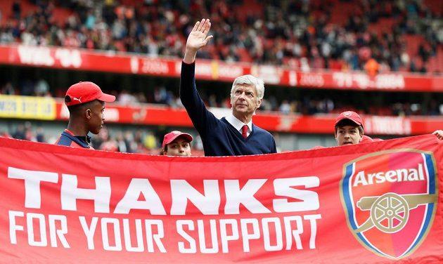 Kouč Arséne Wenger zdraví fanoušky Arsenalu.