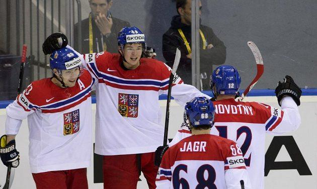 Český reprezentant Tomáš Hertl (druhý zleva) přijímá gratulaci ke druhému gólu od spoluhráčů (zleva) Ondřeje Němece, Jaromíra Jágra a Jiřího Novotného.