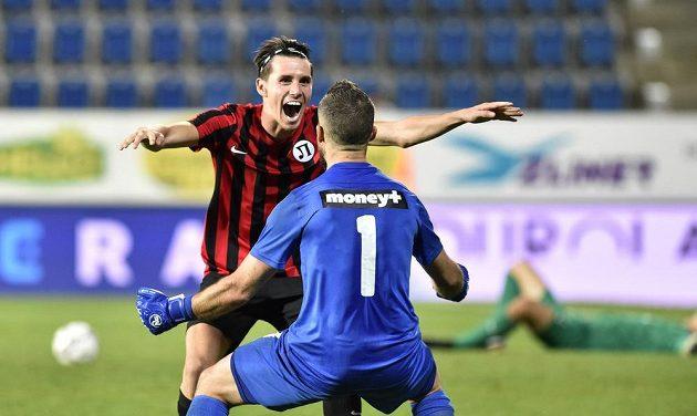 Zleva Birsent Karagaren z Lokomotivu a Ilko Pirgov z Lokomotivu se radují z vítězství.
