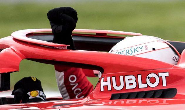 Vítězné gesto Sebastiana Vettela po triumfu ve Velké ceně Kanady.