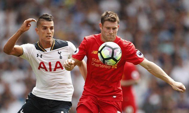 Liverpoolský James Milner (vpravo) a Erik Lamela z Tottenhamu.