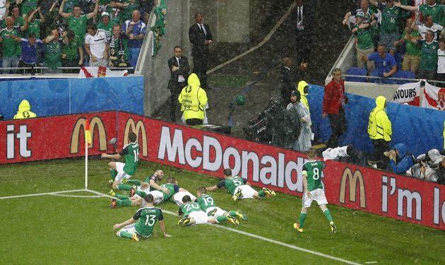 Radost Severních Irů z gólu proti Ukrajině.