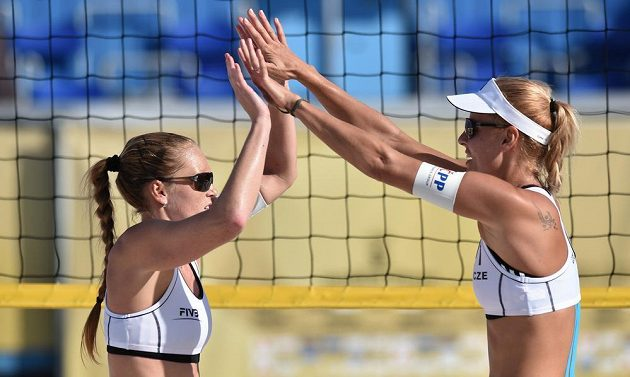 Beachvolejbalistky Kristýna Kolocová (vpravo) a Markéta Sluková.