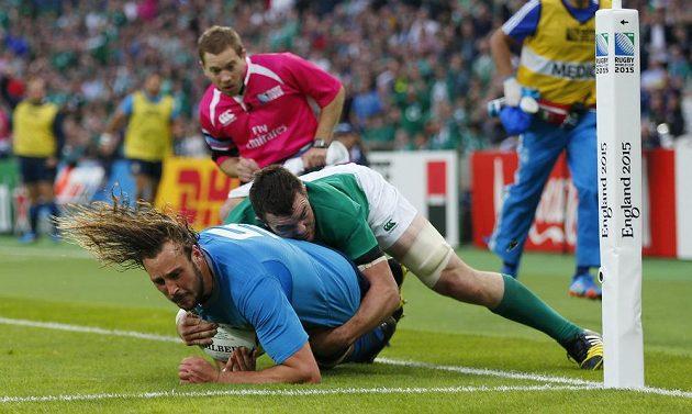 Irský ragbista Peter O'Mahony (v zeleném) se snaží zastavit Itala Joshuu Furna.