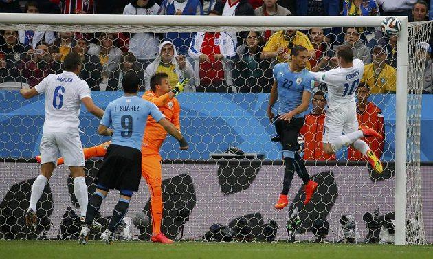 Anglický kanonýr Wayne Rooney (vpravo) trefil hlavou jen brankovou konstrukci.