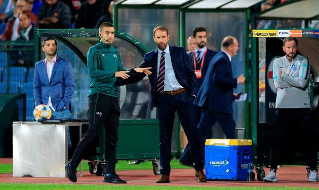 Manažer anglické fotbalové reprezentace Gareth Southgate hovoří během kvalifikační bitvy v Bulharsku se čtvrtým rozhodčím.