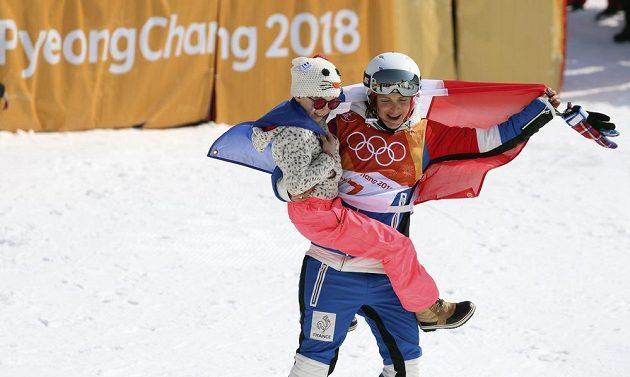 Marie Martinodová z Francie slaví stříbro z olympijské soutěže v U-rampě s dcerkou.