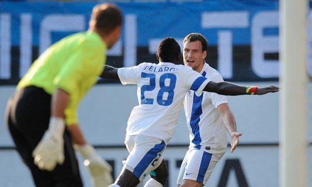 Michael Rabušic z Liberce gratuluje autorovi prvního gólu Dzonu Delargeovi (zády) v odvetném utkání 2. předkola Evropské ligy porti Skontu Riga.