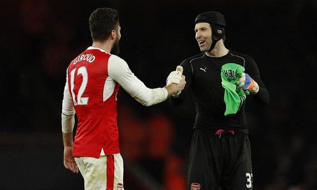 Brankář Arsenalu Petr Čech (vpravo) gratuluje ke gólu Olivierovi Giroudovi po utkání s West Bromwichem.