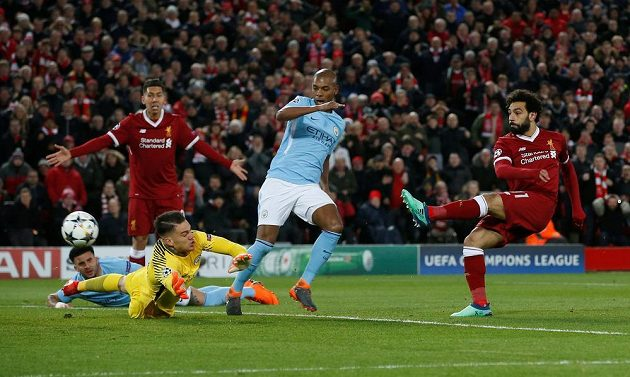 Mohamed Salah (zcela vpravo) střílí první gól Liverpoolu v utkání s Manchesterem City.